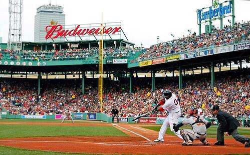 David Ortiz do Boston Red Sox rebatendo na base principal no Fenway Park