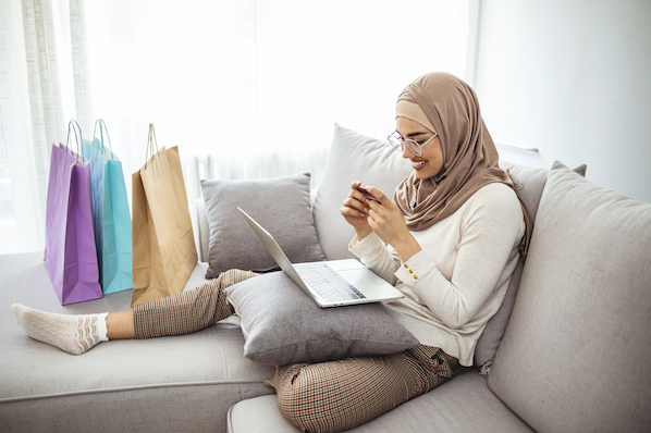 Usuário fazendo uma compra de varejo usando chatbot com IA